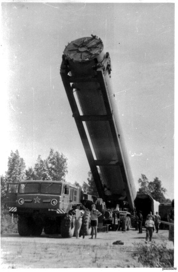 Загрузка ракеты в шахту Как сейчас помню этот день, хоть мне и было всего 5 лет.  Фото сделано моим отцом.