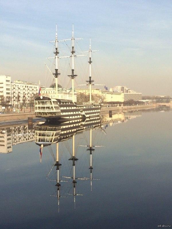 Благодать Ясная погода выдалась вчера в городе на Неве. Вода была настолько кристальной, что можно было перепутать реальность с отражением