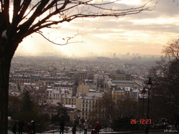 Фотографии уже несколько лет. Сделана с площадки перед Sacré Cœur, Париж