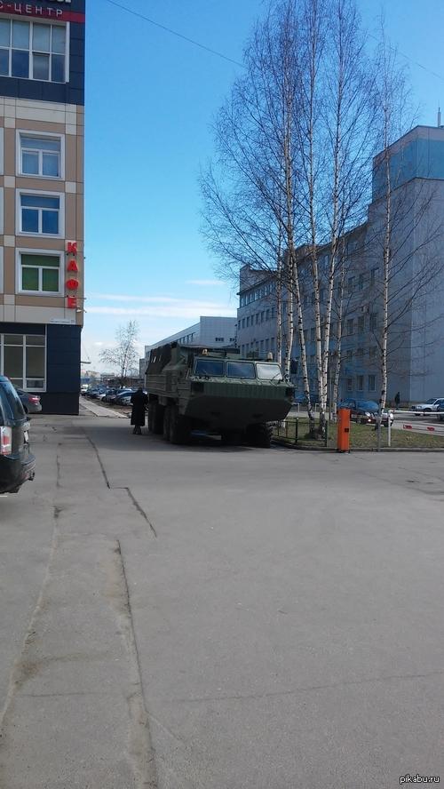 СПб, незнакомая машинка припаркована около Жёлтого угла Между Кировским заводом и Нарвской у бизнес центра стоит такая штука, кто-нибудь знает откуда и зачем?