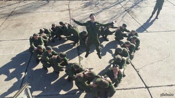 Армия и любовь Друг служит в армии, и периодически на странице в соц. сети появляются такие фото