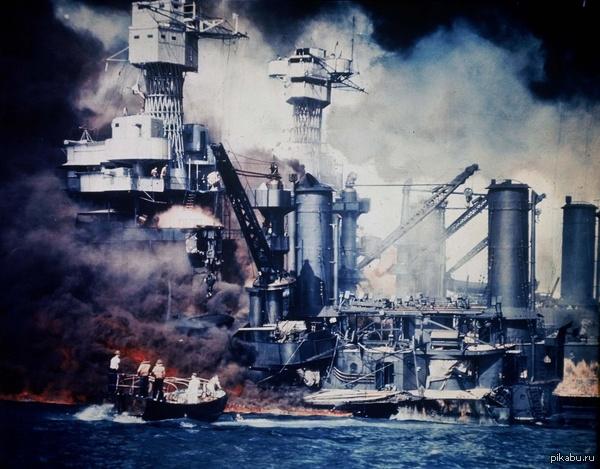 Американский линкор «Вест Вирджиния» горит в гавани Перл-Харбора