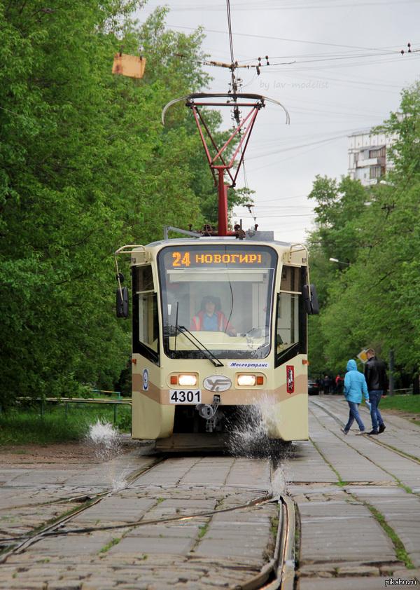 Перевод залитой после дождя трамвайной стрелки. Спонтанный такой фонтанчик