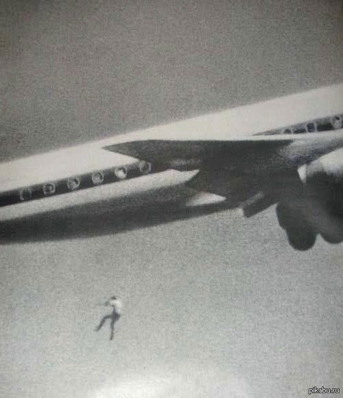 Фото сделанное любителем Джоном Гилпинем в Сиднее, 1970 год. Парень пробравшийся зайцем на самолет Сидней - Токио покинул его на высоте 200 метров и разбился насмерть, ему было 14 лет.