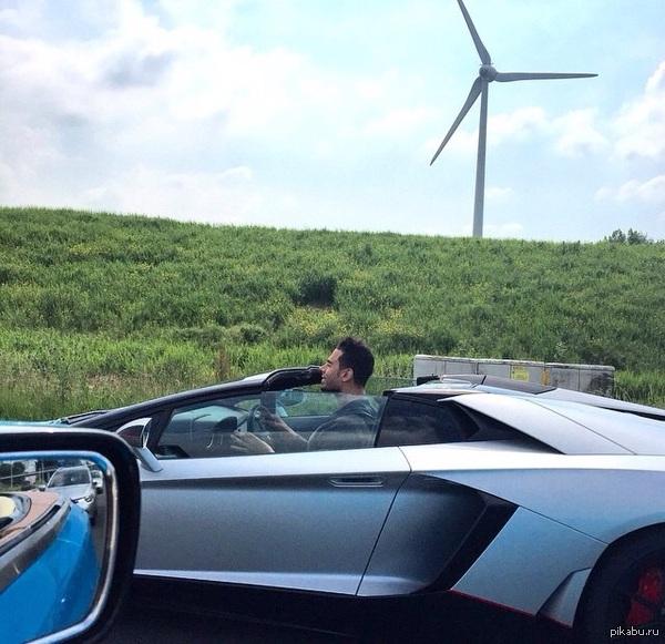 Когда водитель Lamborghini Aventador слишком высокого роста)