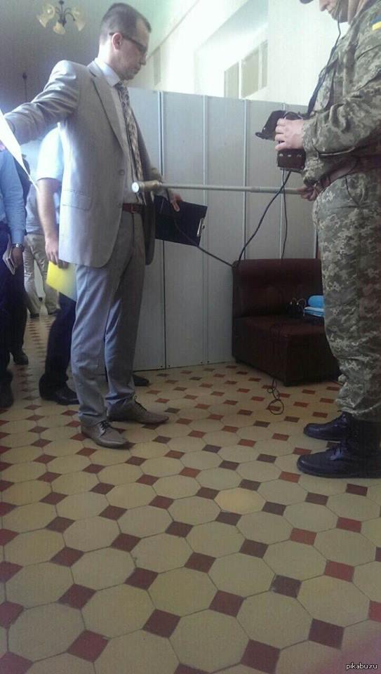 Два кило урана в пузе Это консул пришел к взятым в плен на Луганщине бойцам.  Основываясь на остаточных знаниях с военной кафедры  - меряют дозиметром.  Вопрос - ЗАЧЕМ???!!!
