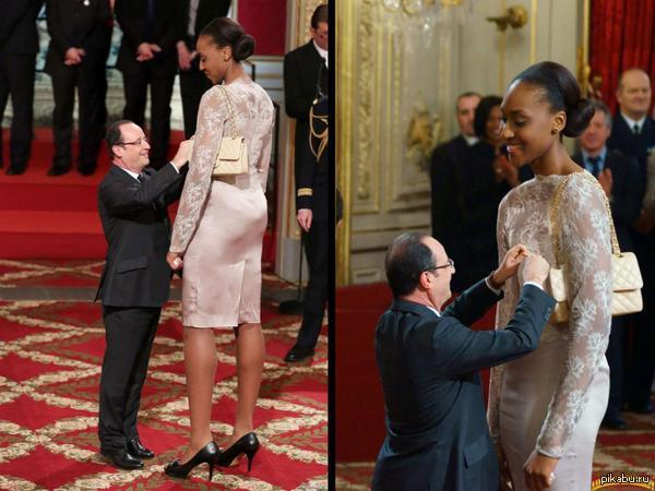 Президент Франсуа Олланд, награждает баскетболистку Сандрин Груду.