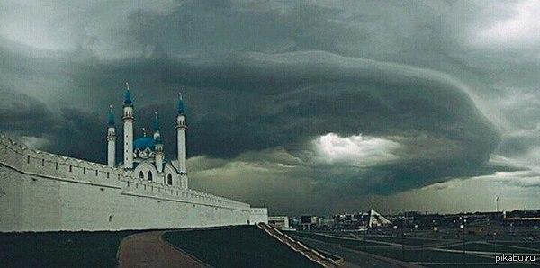 Портал Вчера во время грозы над Казанью на время образовался портал непонятного назначения