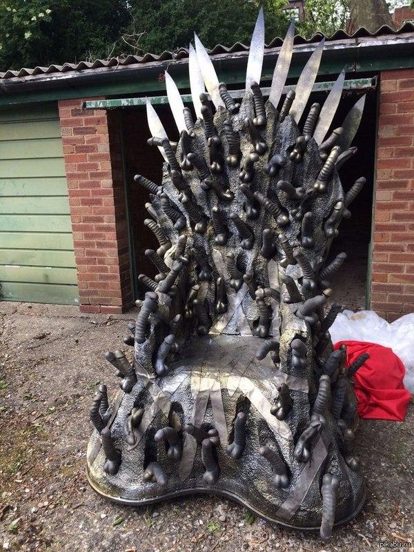 The Dildo Throne есть два трона: на одном мечи точеные, на другом...