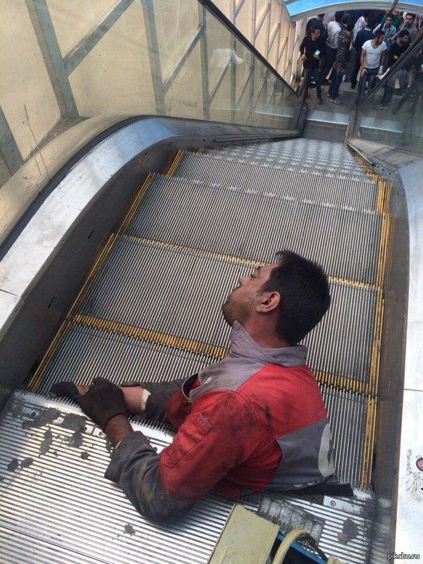 Мой страхи оправдались. Бедолагу зажевало под эскалатор.