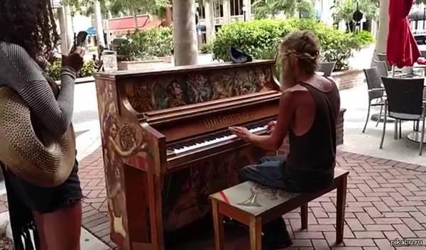 бездомный играет на пианино Бездомный Дональд Гулд (Donald Gould), живущий в г. Сарасота,штат Флорида, стал звездой интернета с его игрой на пианино.ссылка внутри поста.