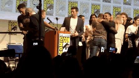 После сэлфи со Стеном Ли... ... актеры пошли обниматься друг с другом. и только Татум задумался о том, что 92-летнему Стену Ли надо помочь спуститься со сцены
