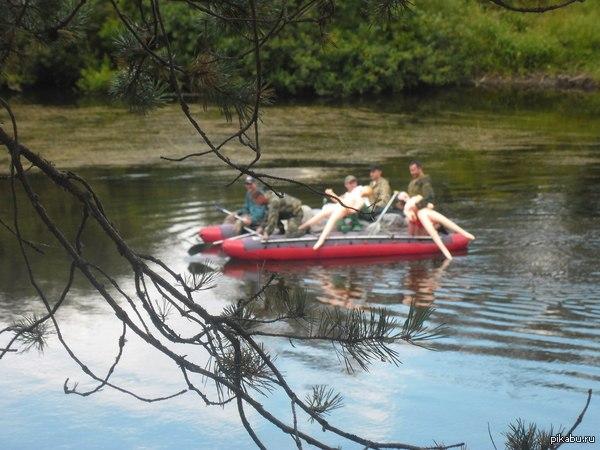 Ездили на сплав по реке и пока были на привале рядом проплыли ребята со специфичными вкусами P.S. Одна кукла сначала плыла в воде, привязанная к лодке и мужик крикнул что она наказана
