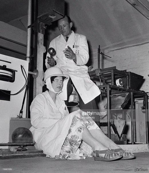 """Работники исследовательского центра """"Eliis Research laboratory"""" тестируют мотоциклетный шлем путём бросания на него стального шара, 1957 г"""