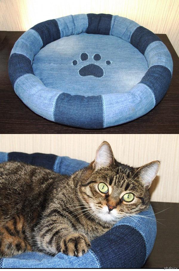 Лежанка для кошки Сшила кошкам новую лежанку. Может кому то пригодится идея лежанки из кусочков старых джинс.