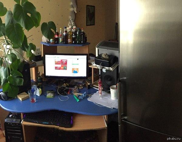 Сбылась маленькая мечта. Около рабочего (задротского) места поставил холодильник. :D