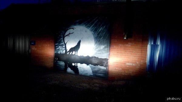 Мой рисунок на воротах. Рисовалось с помощью баллончиков , компрессора и трафаретов.  Фоткалось на Sony Xperia z7.  Спасибо за внимание!