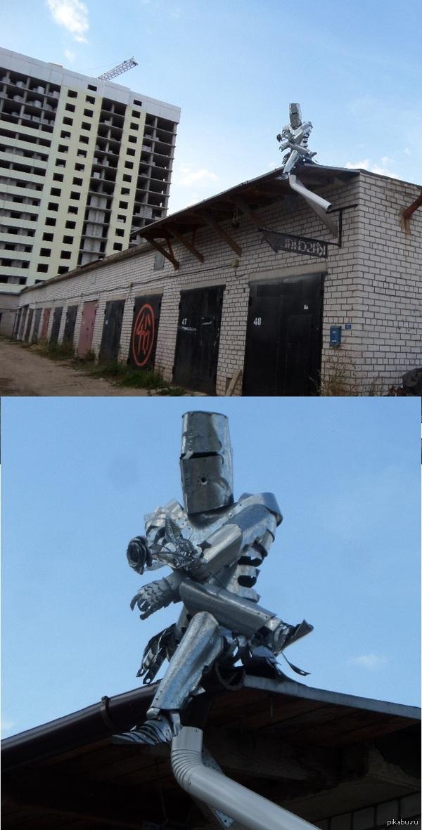 Рыцарь. Проходил тут мимо гаражей.. Круто сделано.