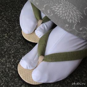 Хватит!!! Не называйте людей носящих сандали с носками дол****ми, они просто современный самураи. На картинке: таби (япон. носки, носят с традиционной обувью с ремешками)