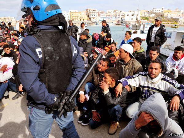 На тему беженцев в ЕС.  http://riafan.ru/395767-atakuyushhaya-orda-dovela-evropu-do-tochki-nevozvrata/ В ЕС давно есть общины и диаспоры из стран северной Африки и других мусульманских стран.   Похоже, к ним поехали солдаты.