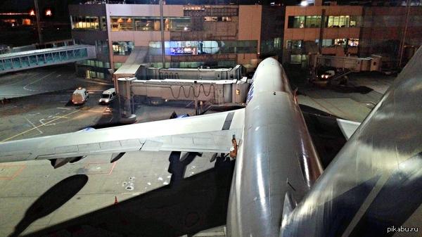 Обожаю свою работу Boeing 747-400, высота 21 метр, время 3 ночи.