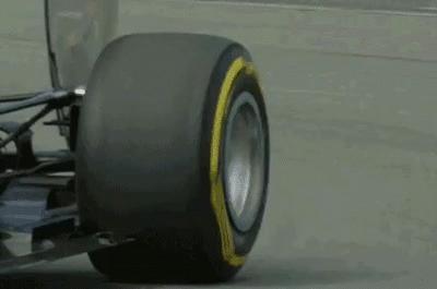 Шины Ф1 во время поворота машины