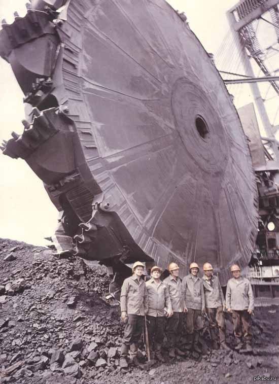 Редкое фото.  Дальнегорск, 1986 год. Группа советских уфологов рядом со сбитым НЛО.