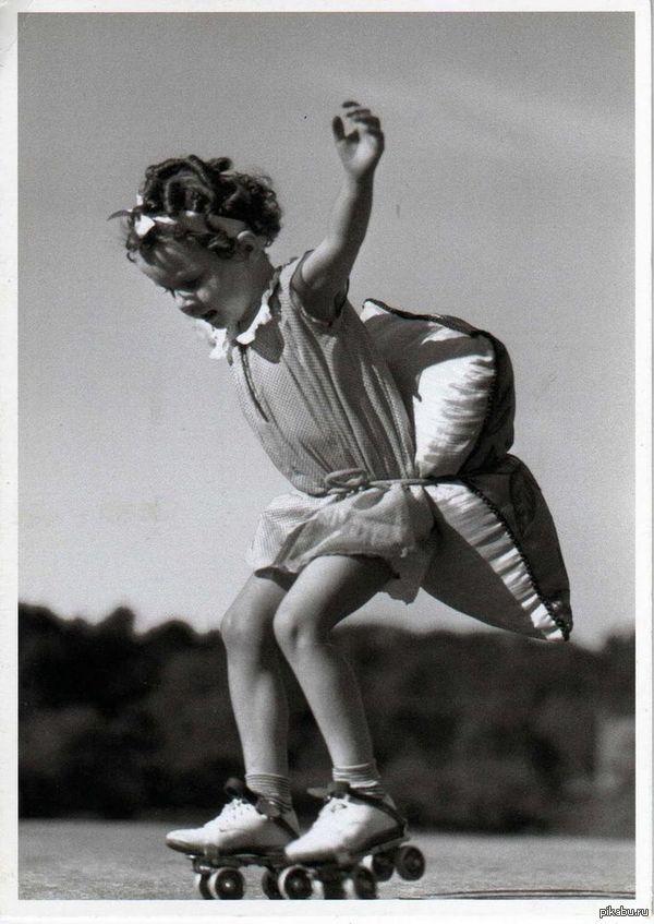 Девочка учится кататься на роликах, 1920 год просто милое фото