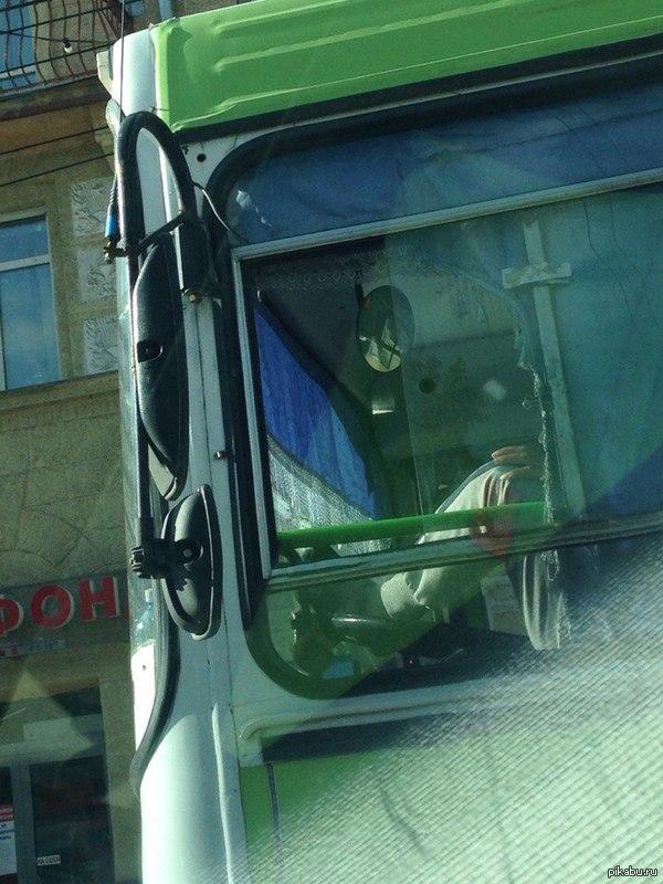 Водители Новосибирских автобусов... ...настолько профессиональны что водят ногами. (4/10 шакалов)