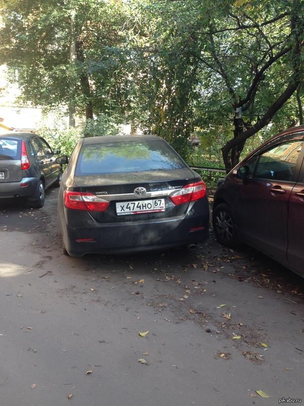 Дамы и господа, в одном из дворов г. Коломны стоит Камри, стоит несколько недель, заднее колесо спущено! Смоленск и область! Ни у кого не угоняли машину?