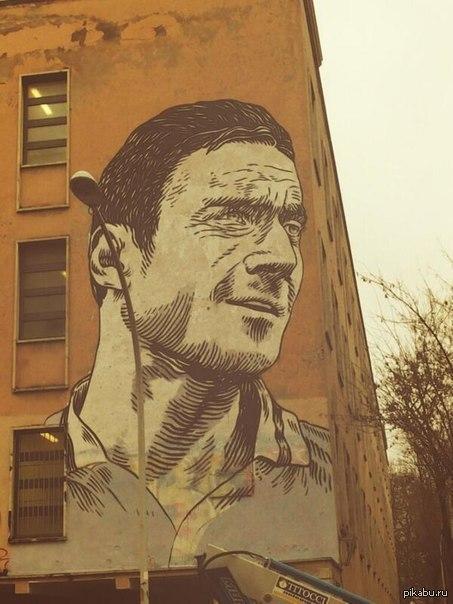 13-ти метровый рисунок Франческо Тотти на стене римской школы