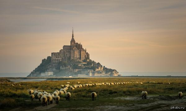 Мон-Сен-Мишель, Франция. Неприступный замок Мон-Сен-Мишель, со всех сторон окружен морем. Построенный в 709 году, он до сих пор выглядит ошеломляюще.