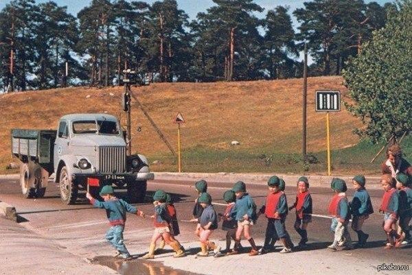 Аленький флажок в руке детсадовца останавливает движение на дороге. 1960-е.