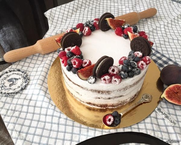 Шоколадный торт Торт с шоколадными коржами, шоколадным кремом внутри, украшенный белым сливочно-сырным кремом и ягодами.