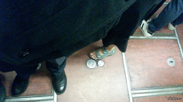 Голые лодыжки в метро Вас всё ещё удивляют московские голые лодыжки в конце октября?    А вот что я увидел в московском метро по дороге на работу.