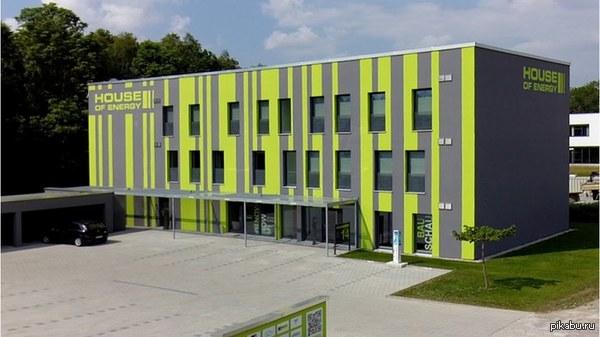 Первое пассивное здание, которое генерирует в пять раз больше энергии, чем использует Первый дом, который был удостоен сертификата Пассивного дома премиум-класса.