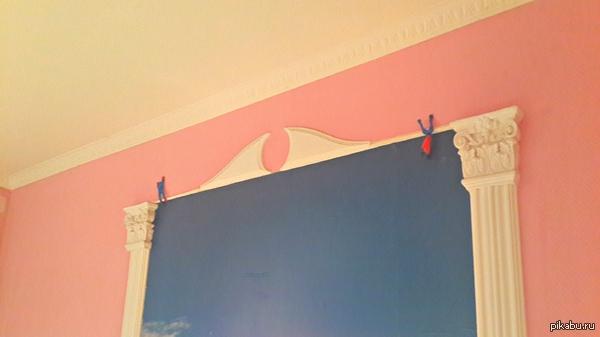 Спайдермэны Купили с сыном 2-х спайдермэнов. Он их кинул в стену и вверх, и они прилипли!