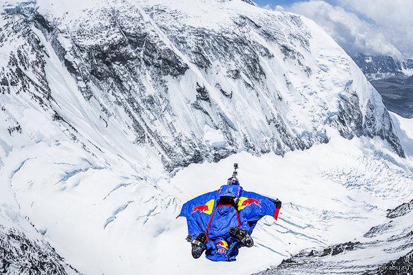 Первый в мире прыжок с Эвереста в костюме-крыле - рекорд поставил Валерий Розов —дважды чемпион мира по парашютному спорту, победитель Чемпионата Европы и победитель Кубка Мира, чемпион X-games по cкайсерфингу, чемпион России по альпинизму.