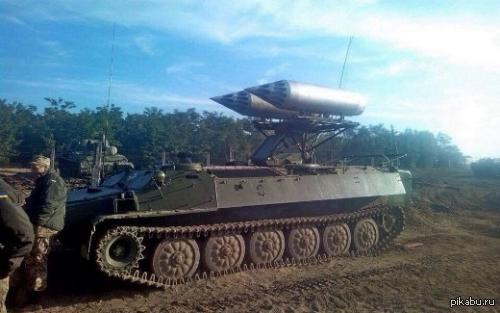 """Видать летать совсем нечему. На машину комплекса ПВО """"Стрела-10"""" установили два пусковых блока для стрельбы авиационными неуправляемыми ракетами"""