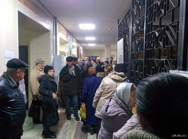 Ох уж эти бабульки... Очередь в регистратуру за 15 минут до открытия поликлиники. Дай бог терпения. Фото Nexus 5