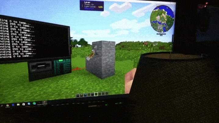Ничего необычного Просто человек управляет домашней лампой из Майнкрафта…  Оригинал тут: http://hashbang.gr/breaking-the-4th-wall-with-minecraft/