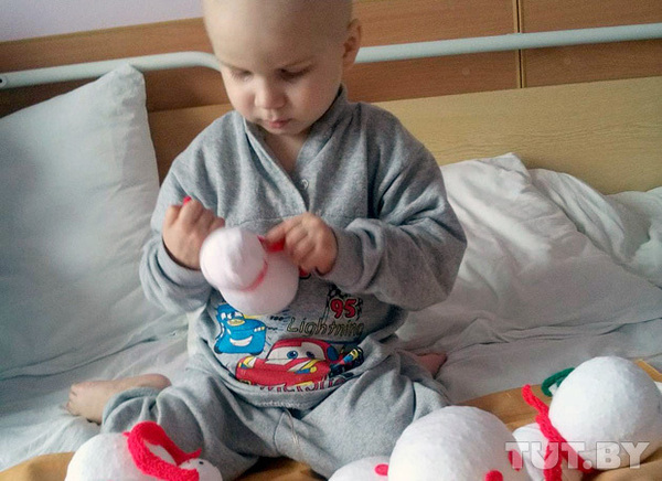 Маленький мальчик с мамой делает снеговичков, чтобы заработать себе на лечение Благотворительность, Беларусь, Дети, Снеговик, Помощь
