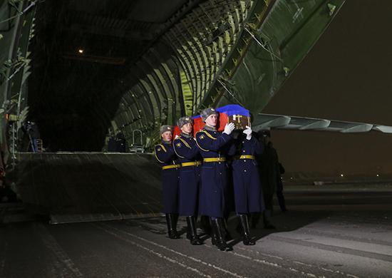 Самолёт с телом погибшего пилота Су-24 прибыл в Россию. И там ещё вроде кто то что то погиб, морпех какой то, на да ладно поездом доедит.