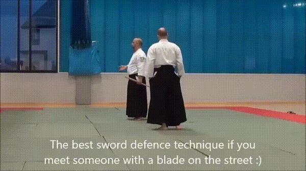Мастер айкидо показывает защиту от меча