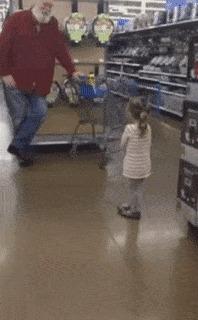 Девочка приняла дядю в супермаркете за Санта-Клауса. Он подыграл