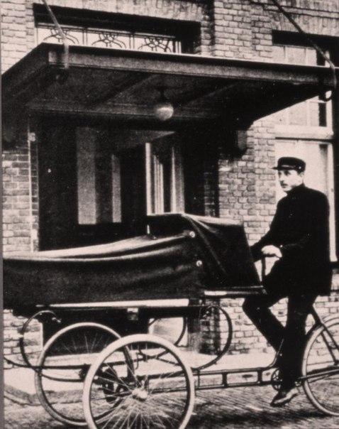 Скорая помощь, точнее, транспортное средство для перевозки пациента в больницу. Нидерланды, 1930 гг.