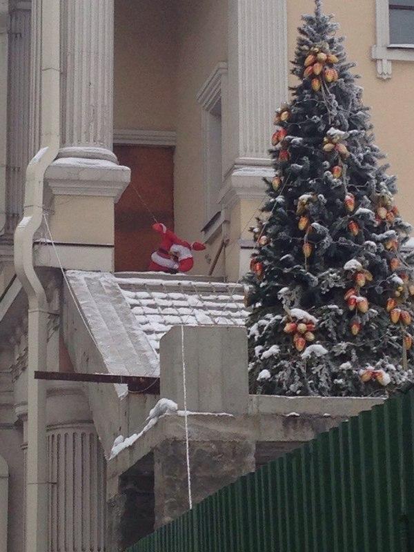 В Иркутске на Карла Маркса Санта Клауса насильно заставили работать.