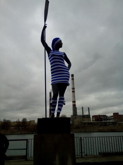 Не мерзни! Женщина, Тельняшка, Ярнбомбинг, Статуя, Памятник
