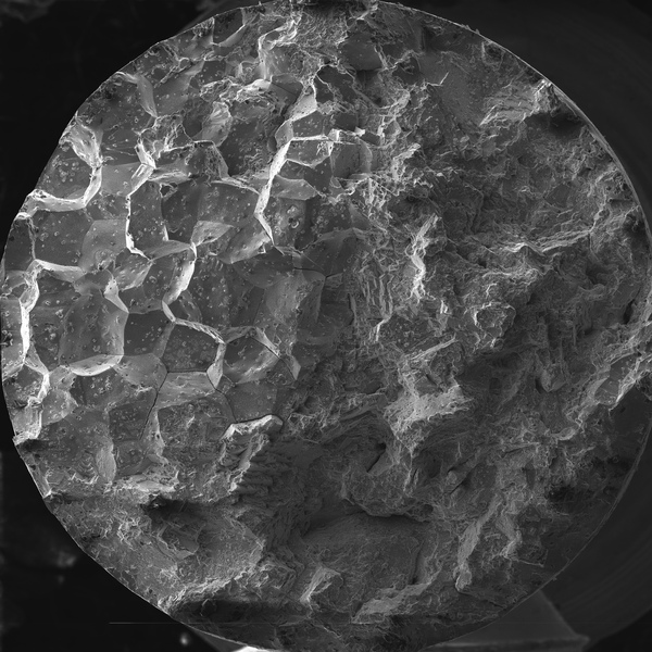 Излом образца на растяжение из никелевого сплава