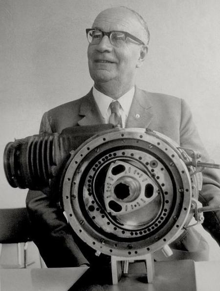 Историческое фото. Феликс Ванкель с первым прототипом роторно-поршневого двигателя. 1957 год.